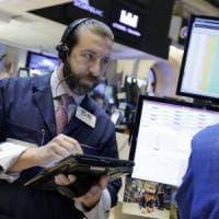 Borse europee chiudono caute, Milano spicca con Intesa e le banche