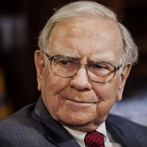 Buffett attacca i fondi speculativi e raddoppia la quota in Apple