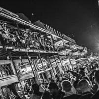 Ritratto di New Orleans in bianco e nero: maschere, musica ed eccessi per esorcizzare l'uragano Katrina e Trump