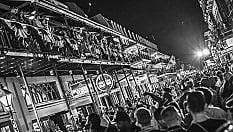 Ritratto di New Orleans in bianco e nero: maschere, musica ed eccessi per esorcizzare luragano Katrina e Trump