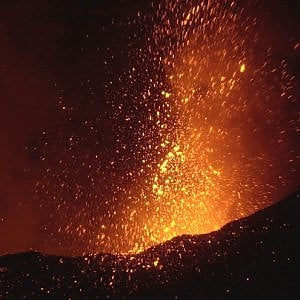 L'Etna torna a eruttare. Allarme arancione per gli aerei in volo