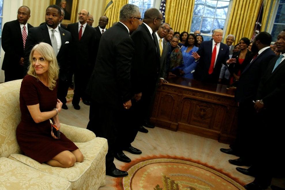 Usa, con i piedi sul divano dello Studio Ovale: l'irriverenza della consigliera di Trump