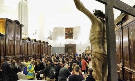 """""""La Messa è finita, aperitivo per tutti"""": il parroco diventa barman"""