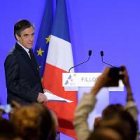 """Elezioni in Francia, Fillon convocato dai giudici. Ma lui: """"Non cedo a questo assassinio..."""