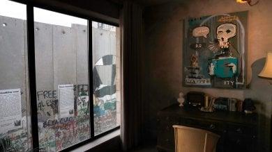 """Cisgiordania, la provocazione di Banksy: un albergo con vista sul """"muro""""   foto"""