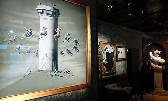 Cisgiordania, l'ultima provocazione di Banksy: un albergo con vista sul muro