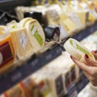 Italiani bocciati al supermercato: uno su tre non legge l'etichetta