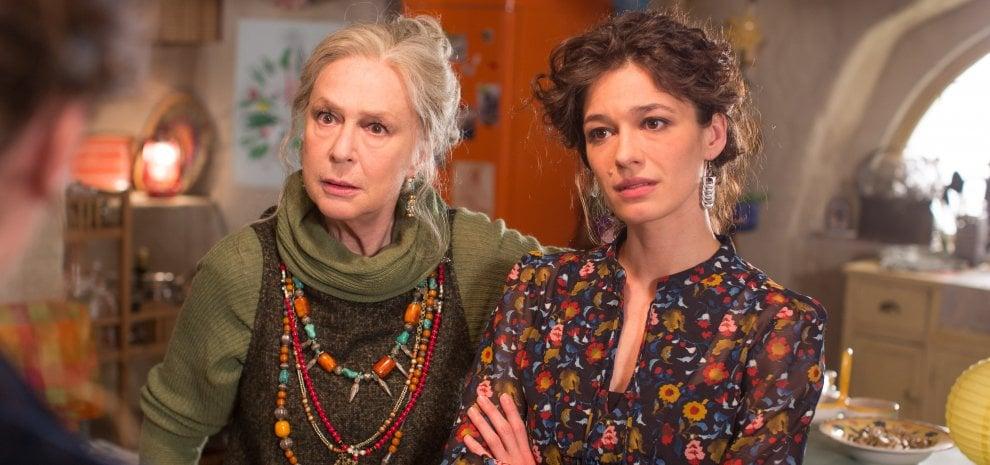 Loretta Goggi mamma hippy, tra i misteri di 'Sorelle'