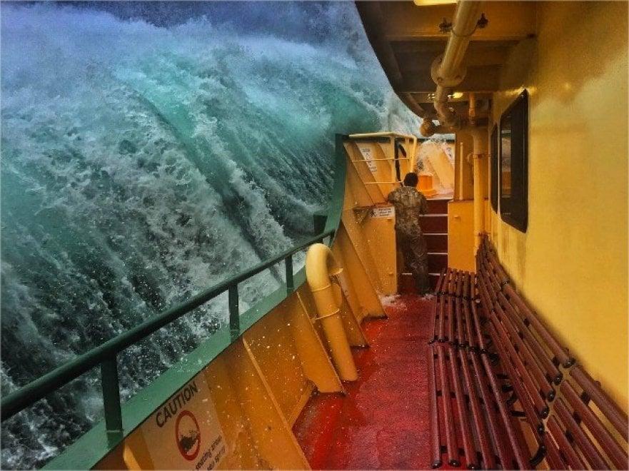 Australia, l'onda si abbatte sul traghetto: lo scatto perfetto del marinaio