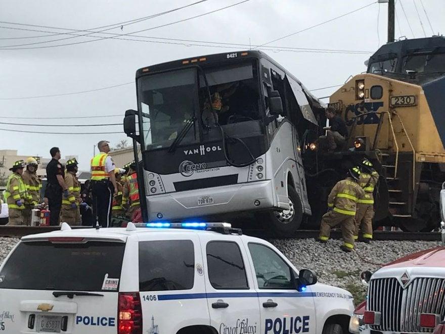 Usa, treno contro bus in Mississippi: le immagini dell'incidente