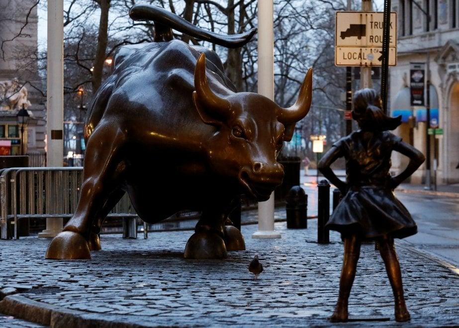 """8 marzo, nuova statua a Wall Street: la """"bimba senza paura"""" sfida il toro"""