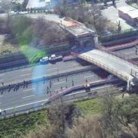Ancona, crolla cavalcavia in autostrada: le immagini