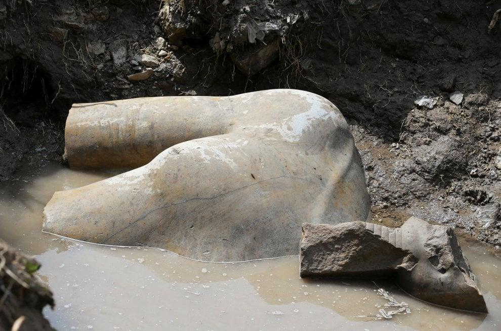 Egitto, scoperta monumentale statua di Ramses II: il faraone spunta dalle acque