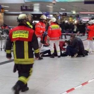 """Germania, attacco in stazione Dusseldorf: feriti.  Tre arresti. Polizia: """"Non è terrorismo"""""""