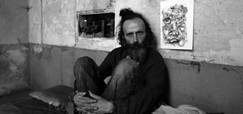 'Al di qua', il mondo in bianco e nero dei senzatetto, il docufilm di Corrado Franco