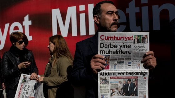 Il giornale che sfida Erdogan con le colonne bianche