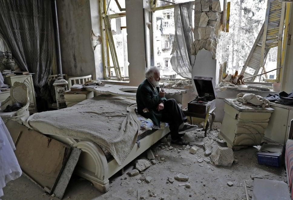 Siria, l'anziano e il grammofono: la musica risuona tra le macerie di Aleppo