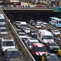 Usa, Trump cancella i limiti alle emissioni inquinanti delle auto voluti da Obama