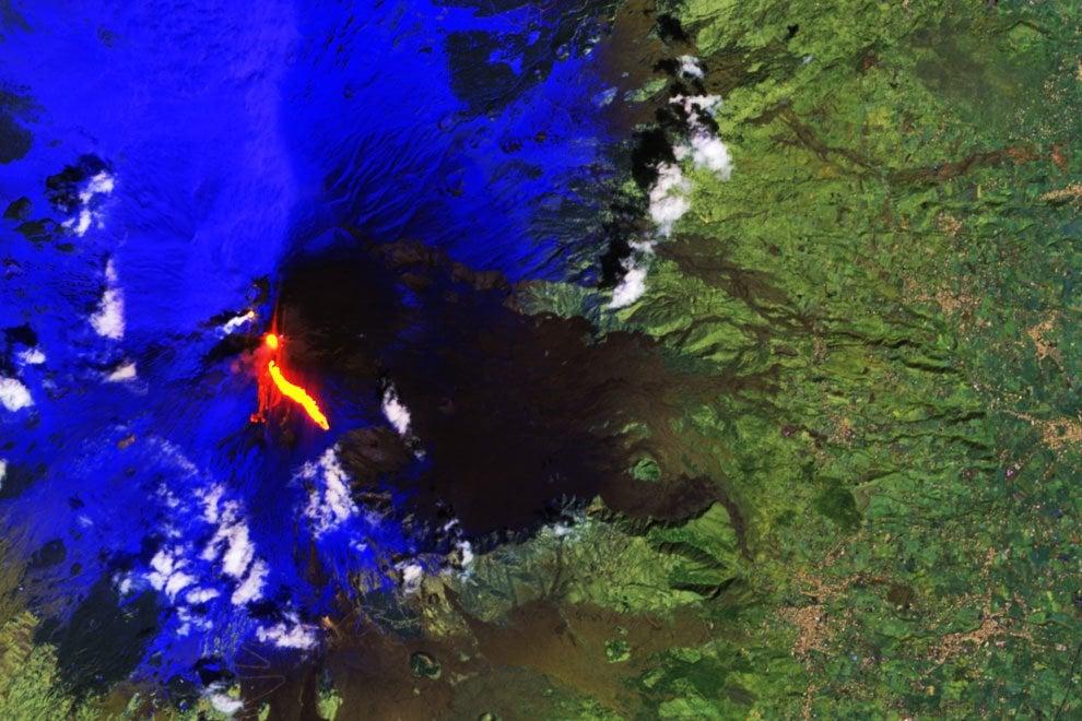 Fumo denso e lava: l'eruzione dell'Etna vista dallo spazio