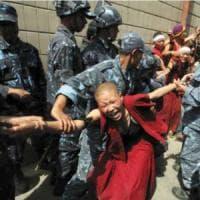 """Cina, nuove tensioni in Tibet: Dalai Lama, """"Si combatte anche con l'insensatezza"""