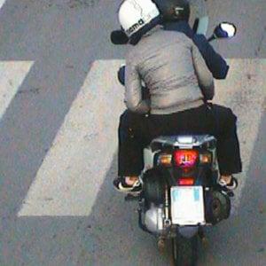 Rapinavano in scooter gli automobilisti bloccati nel traffico: arrestata coppia a Napoli