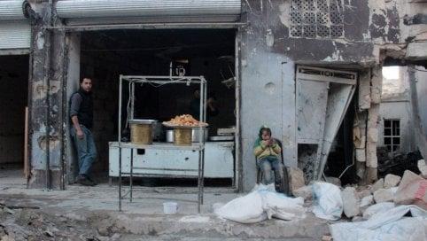 Siria, ritorno alla vita tra le macerie: riaprono botteghe e panifici nella città liberata dall'Isis