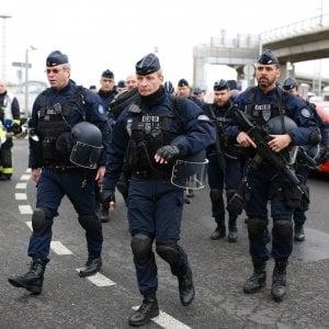 """Orly, l'attentatore """"era sotto l'effetto di stupefacenti"""". La polizia ha rilasciato i familiari"""