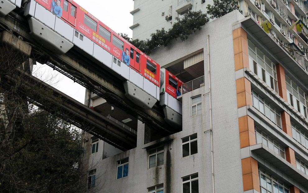 Cina, una fermata del metrò dentro casa: il treno entra ed esce dal palazzo