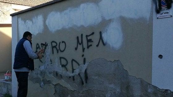 """Mafie, a Locri scritte contro don Ciotti e gli """"sbirri"""". Autori ripresi da una telecamera"""