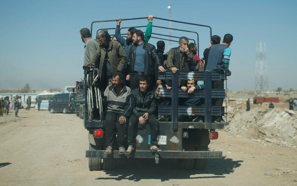 Iraq, via da Mosul: migliaia di civili in fuga dopo l'offensiva