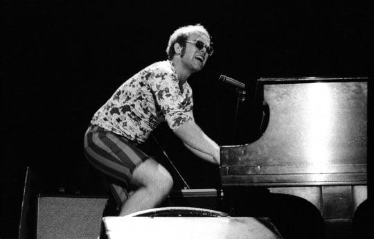 I 70 anni di Elton John: quella notte in cui un ragazzo dietro al piano conquistò il mondo