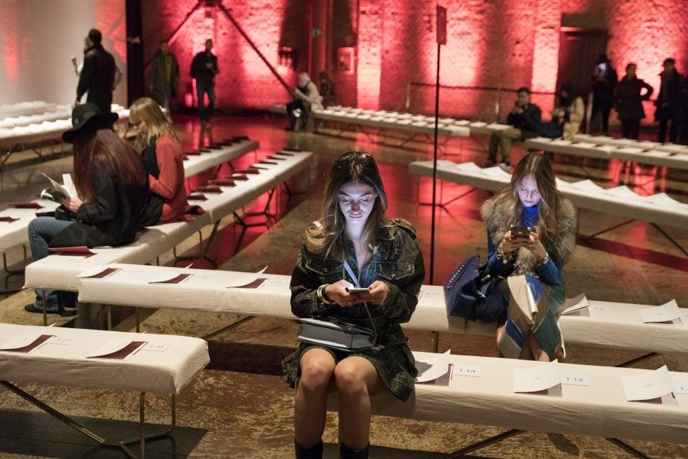 Dietro le quinte della settimana della moda di Milano: gli scatti di Martin Parr