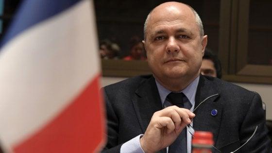 Francia, bufera sul ministro dell'Interno: ha assunto come assistenti le figlie di 15 e 16 anni