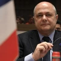 Francia, bufera sul ministro dell'Interno: ha assunto come assistenti le figlie di 15 e 16...