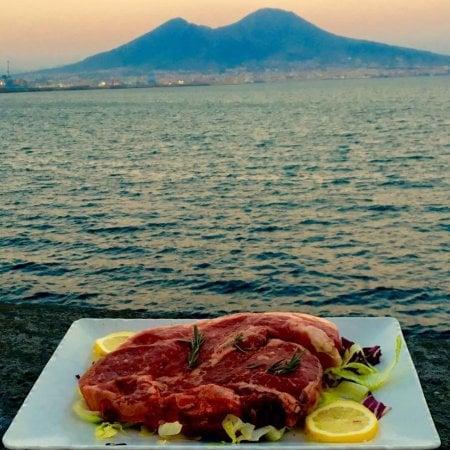 Napoli e la passeggiata del gusto di fronte al Golfo