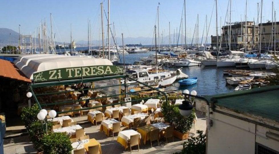 Da Santa Lucia a Mergellina guida al lungomare più goloso del mondo