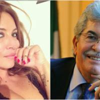 Selfie con Assad, Selvaggia Lucarelli contro Antonio Razzi: il senatore risponde con errore grammaticale