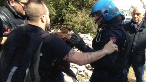 Gasdotto Tap, in Salento i manifestanti bloccano i lavori: cantiere blindato dalla polizia