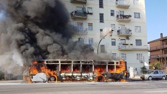 Il rogo infinito dei bus nella palude di roma cos il for Roma mobile atac