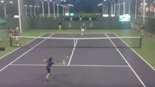 Djokovic sfida il piccolo fan:lo scambio è emozionante