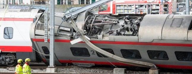 Deraglia a Lucerna l'Eurocity Milano-Basilea.Un vagone si è steso su un fianco, feriti foto