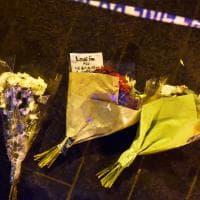 """Attacco a Westminster, fiori sul luogo dell'attentato: """"Amore per tutti. Non siamo spaventati"""""""