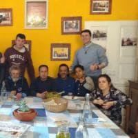 Aggiungi un posto a tavola: e il parroco di Modena invita a pranzo i poveri a casa sua
