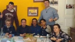 Aggiungi un posto a tavola: il parroco di Modena invita i poveri a pranzo a casa sua