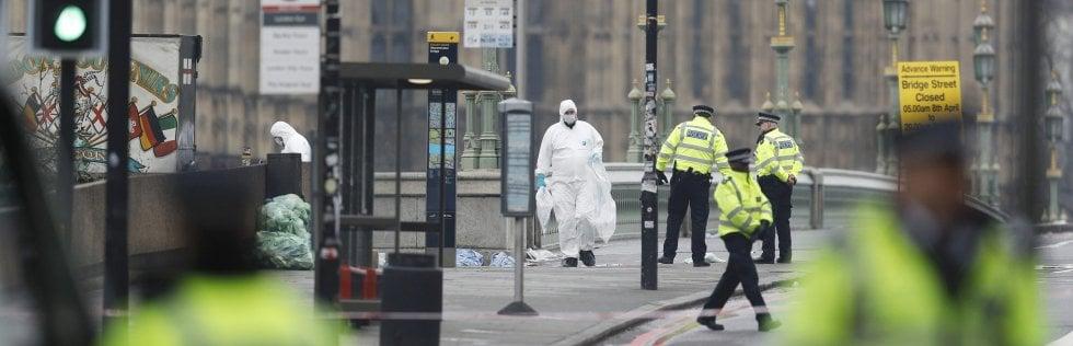 La Scientifica al lavoro sul ponte di Westminster, chiuso al traffico il giorno dopo l'attacco