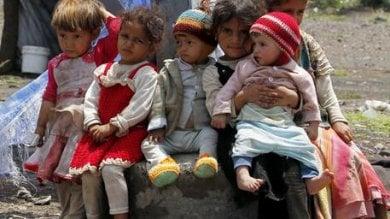 """Yemen, """"Con una mano si mandano aiuti, con l'altra le armi e le bombe a grappolo:  il doppio gioco di Usa e Regno Unito"""""""