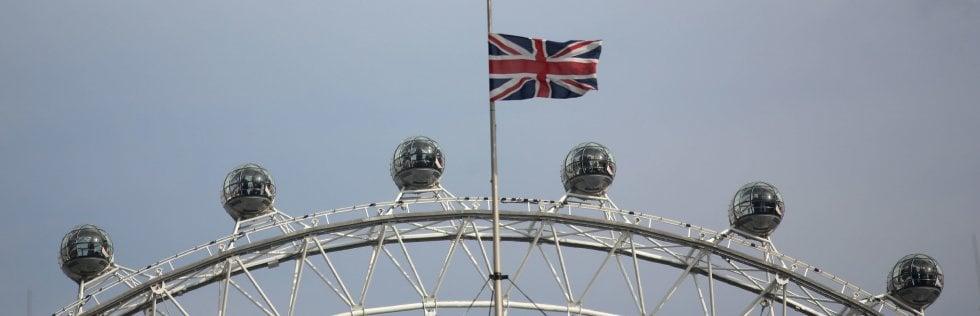 La Union Jack a mezz'asta davanti alle cabine del London Eye, la ruota panoramica di Londra