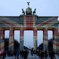 Attacco a Westminster, la solidarietà di Berlino: bandiera britannica proiettata sulla Porta di Brandeburgo