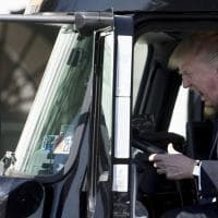 """Usa, Trump a bordo di un camion. L'ironia social: """"Così guida l'America"""""""