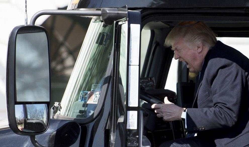 """Usa, Trump a bordo di un camion. L'ironia social: """"Così guida l'America"""" - la Repubblica"""
